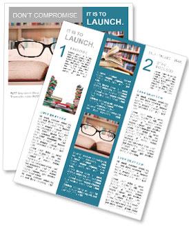 Gros plan de lunettes de lecture sur le livre. une balle dans la bibliothèque Newsletter