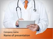 Доктор в больнице работает над цифровым планшетом Шаблоны презентаций PowerPoint