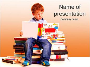 Little Boy avec des livres Modèles des présentations  PowerPoint