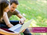 Couple Surfing Internet Шаблоны презентаций PowerPoint