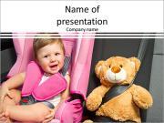 Un enfant est assis sur un siège d'enfant dans la voiture Modèles des présentations  PowerPoint