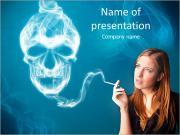Hezká mladá žena kouření nebezpečné cigaretu s toxickým lebky kouře PowerPoint šablony