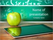 Цифровой планшет и яблоко на столе в передней части доски Шаблоны презентаций PowerPoint