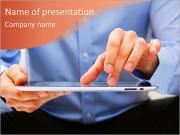 Молодых взрослых работает над цифровым планшетом Шаблоны презентаций PowerPoint