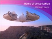 Vaisseau spatial sur le relief montagneux de la planète. Modèles des présentations  PowerPoint