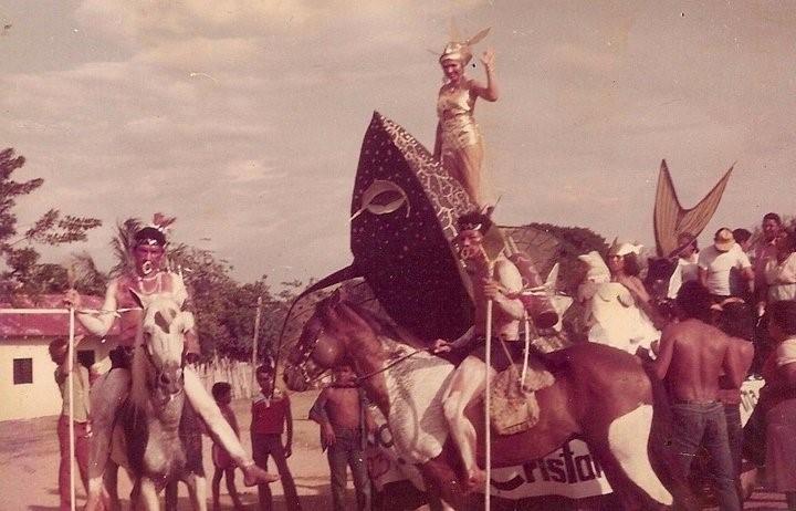Foto 6 Carnaval del rio 1985 Carrozas y latigos a la derecha Cortesia. Fundacion Amigos de la historia