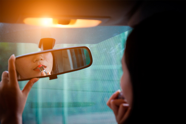 drivers-licenses.org blog: 5 Reasons Why You Should Not Apply Makeup While You Drive According to Drivers-Licenses.org