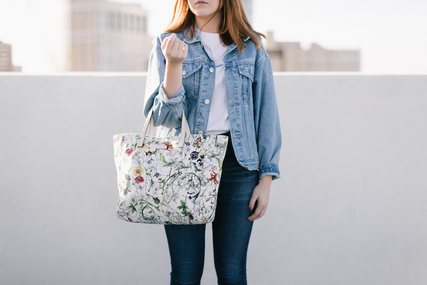 a6d6f8f39674 Though smaller, this Gucci Flora tote does almost the same job as its larger  counterpart. Good for weekend farmer market shopping or when you have less  to ...