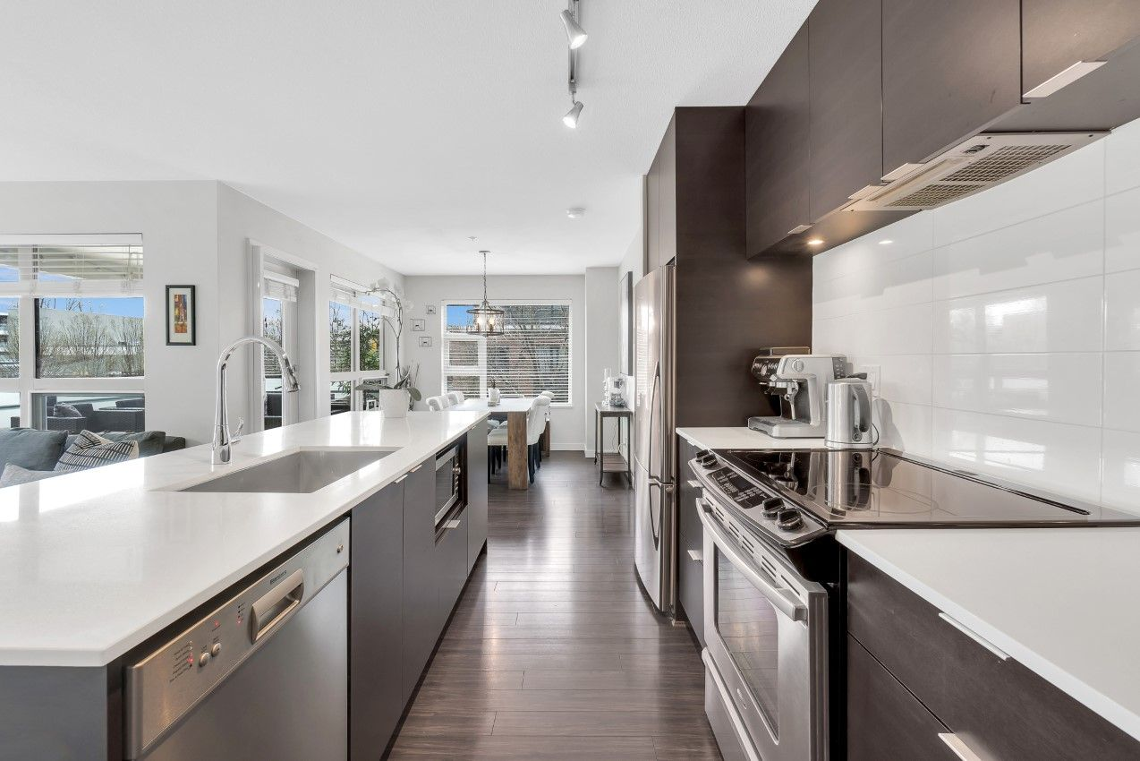 Marine Drive Condo for sale: District Crossing 2 bedroom 900 sq.ft.
