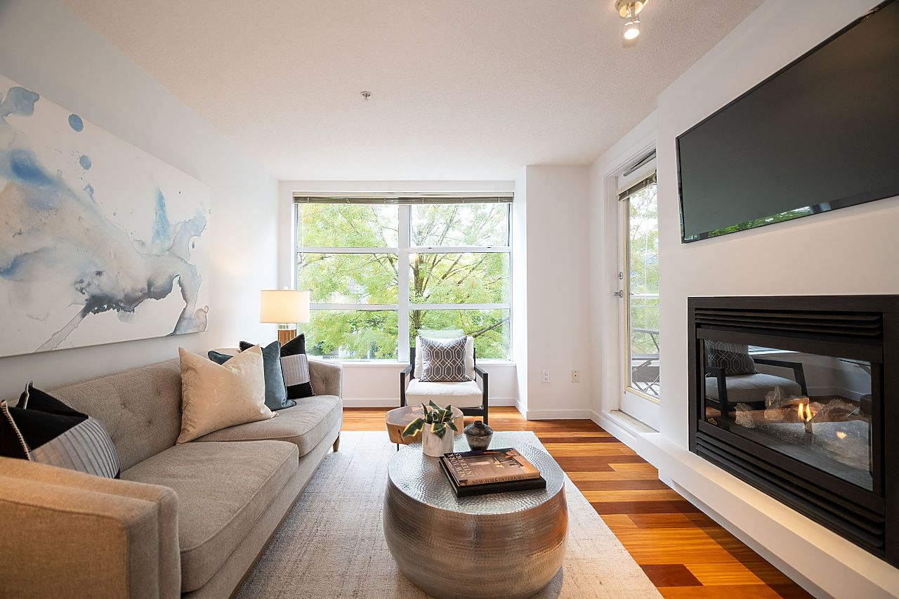 KITSILANO 2-BEDROOM KITS CONDO WITH LARGE DECK for sale:  2 bedroom 895 sq.ft. (Listed 2020-10-09)