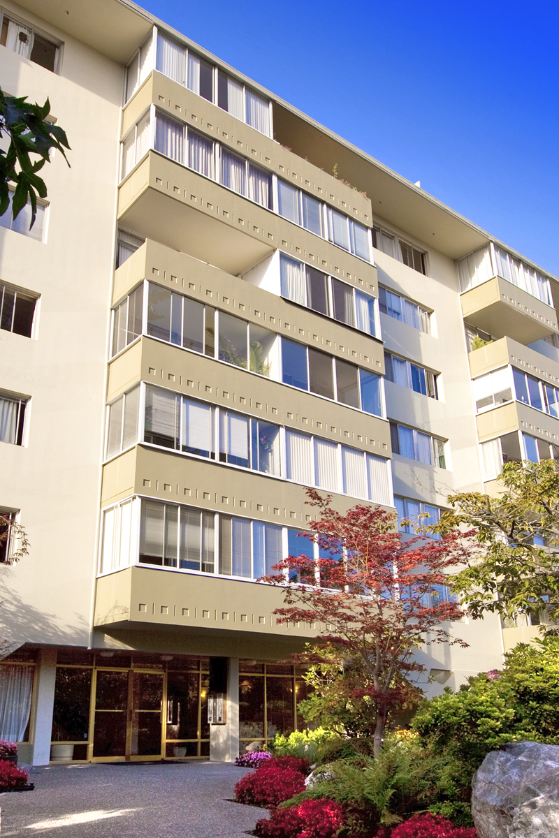 Ambleside Condo for sale:  1 bedroom  Hardwood Floors 675 sq.ft. (Listed 2009-09-11)