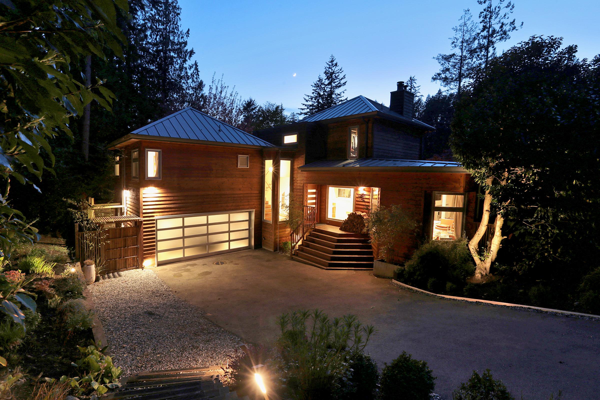 Glenealges/Whytecliff Modern Family Homefor sale: 3-4 bedroom/3 bathroom 2,579 sq.ft., 9010sqft lot