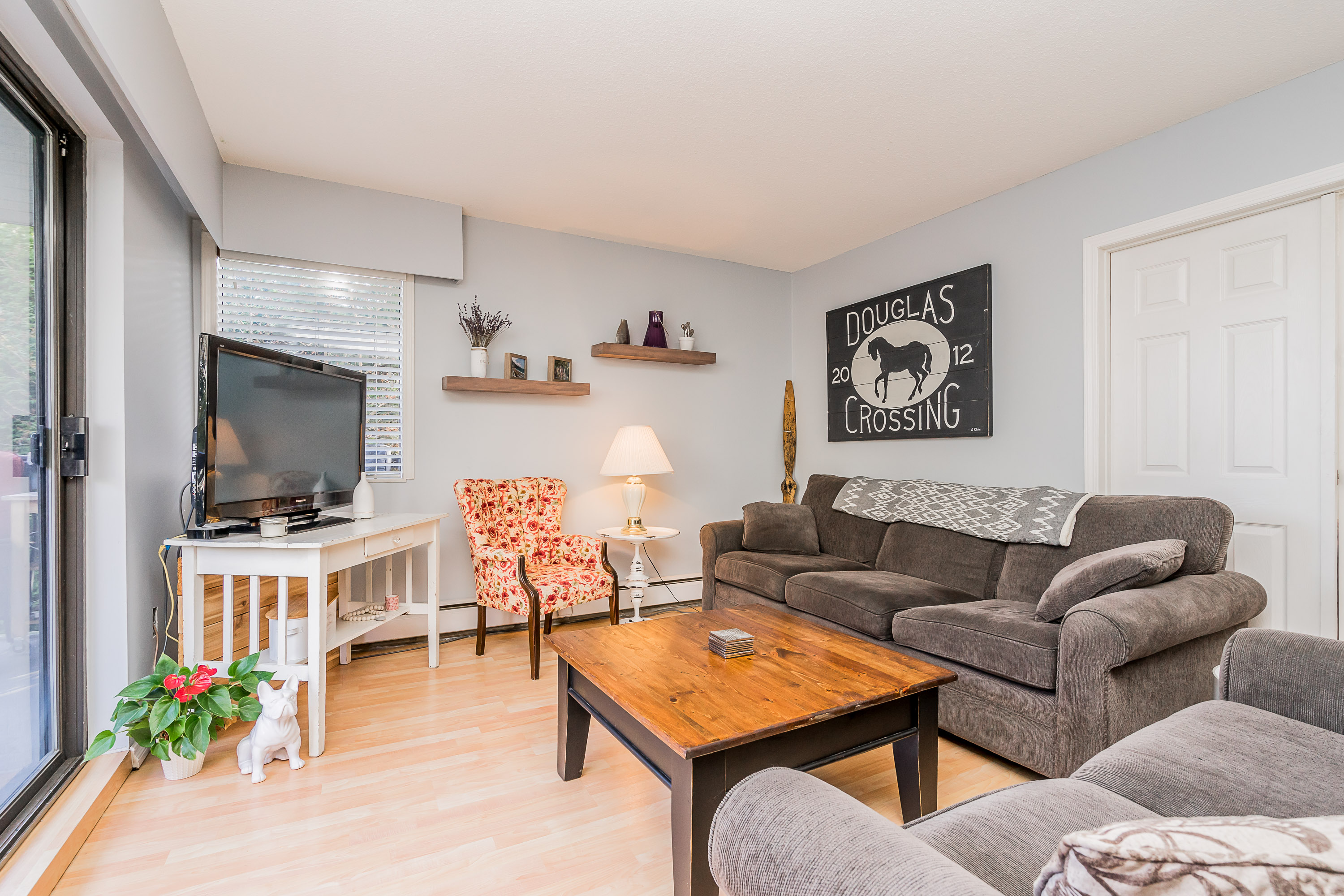 White Rock Apartment Unit for sale: Juniper Arms 2 bedroom 1,032 sq.ft. (Listed 2020-03-13)