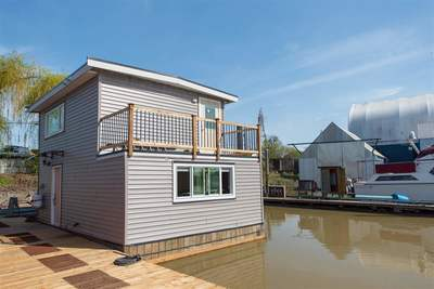 Hamilton RI Float Home for sale: Highwater Marina 1 bedroom 721 sq.ft. (Listed 2018-01-22)