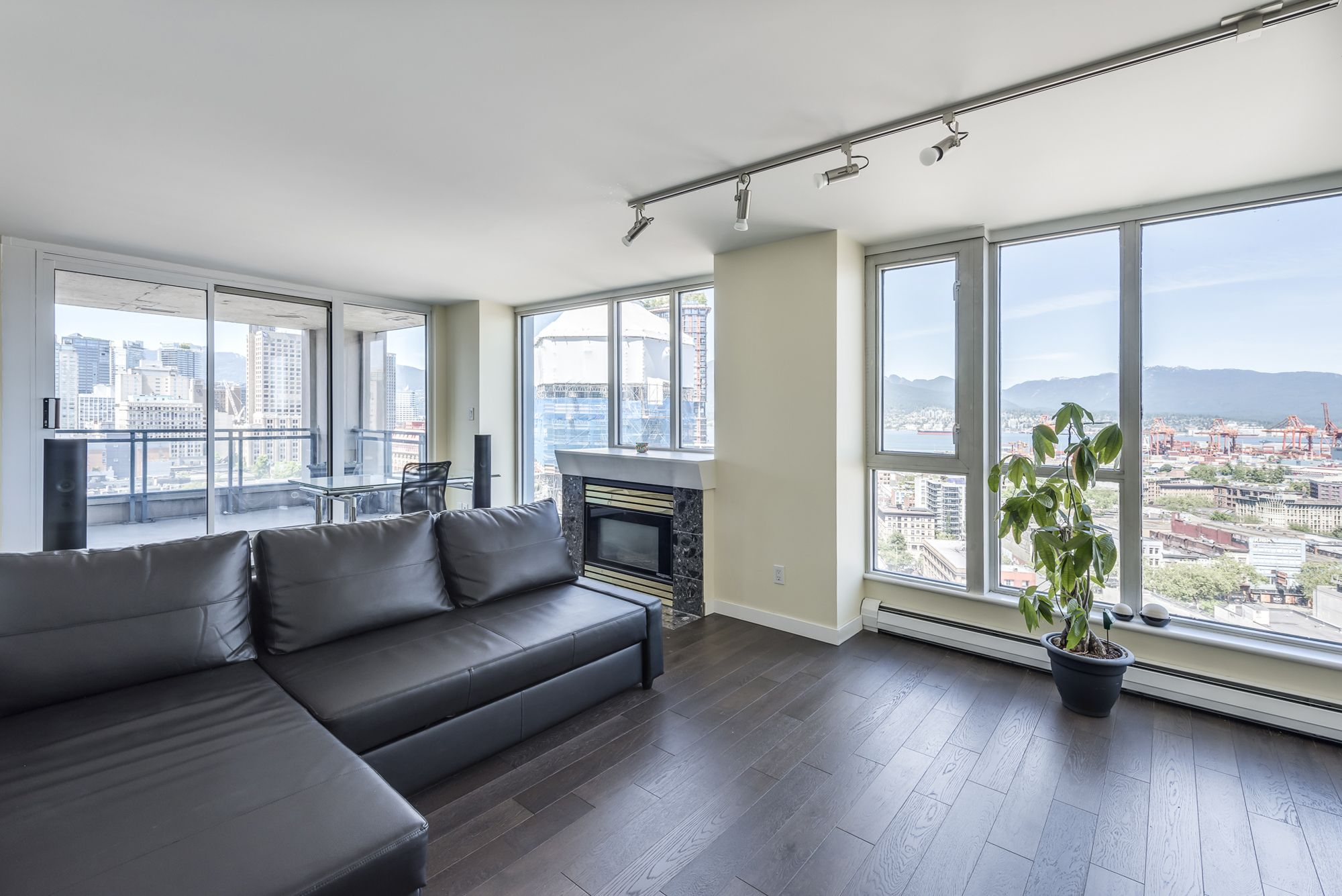 International Village - Crosstown Condo for sale: Paris Place 2 bedroom  Granite Countertop, European Appliance, Hardwood Floors 977 sq.ft. (Listed 2019-06-19)