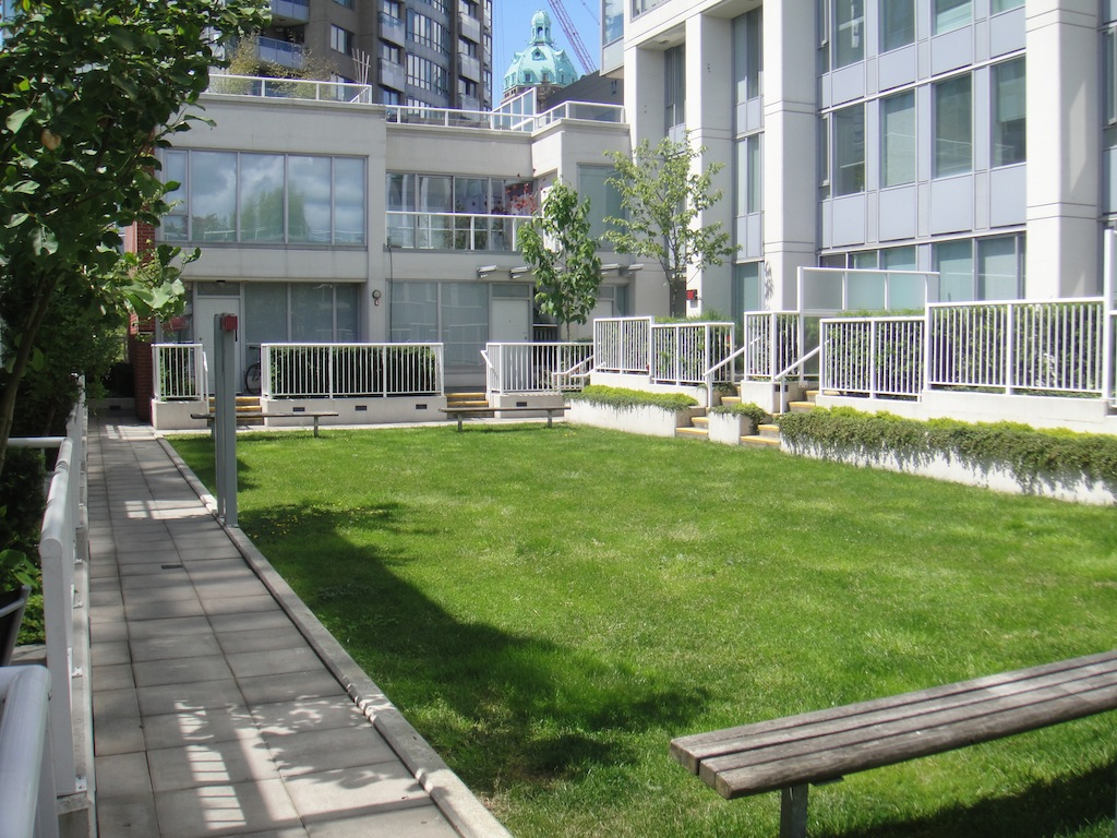 550 Taylor Street (The Taylor) Crosstown Vancouver Common Patio by Jay McInnes #2