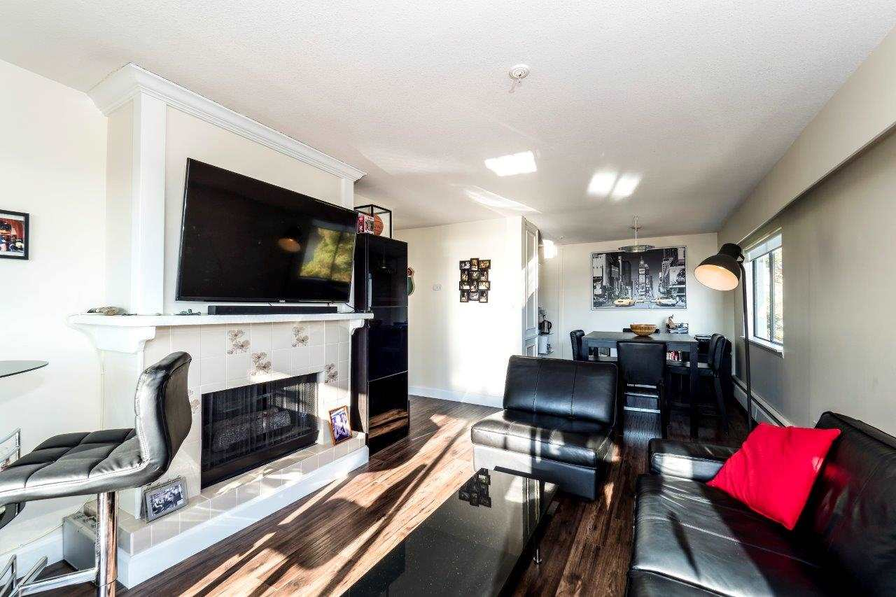 Lower Lonsdale Condo for sale:  2 bedroom 1,010 sq.ft. (Listed 2017-11-20)