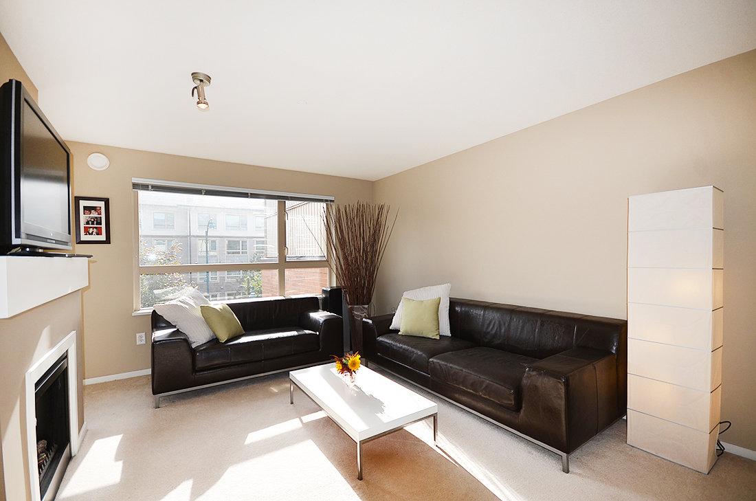 15-700 Klahanie living room