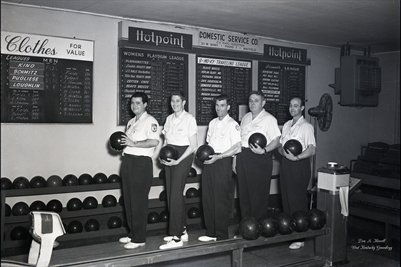 FEB.3, 1954 HOT POINT BOWLING TEAM PHOTO2