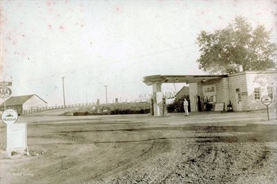 1930'S GULF STATION, BROOKPORT, ILLINOIS