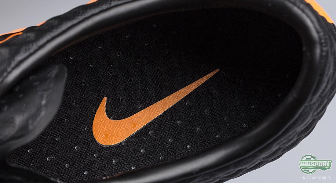 sports shoes ba4d9 0c3c2 ... sömmar vilket ger en strumpliknande passform. Skorna sitter tät till  fötterna och formar sig efter fotens form. Framfoten är relativt spetsig men  den ...