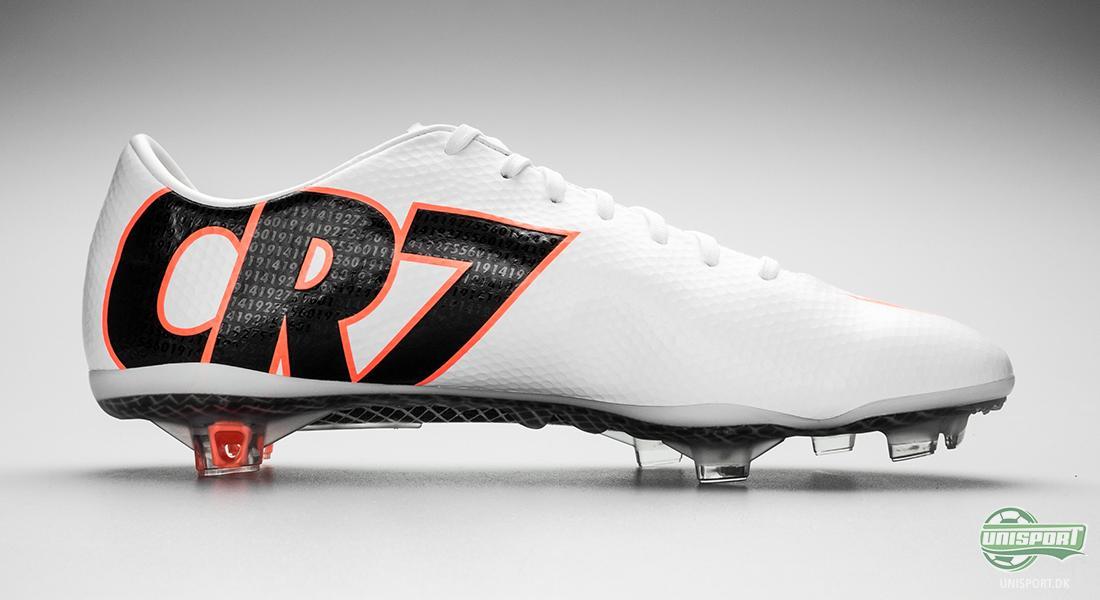 49dcabb6e5d Støvlen var på alle måder en hyldest til den nu officielt verdens bedste  fodboldspiller. Den klassiske Nike-skrift ved hælen, som vi kender det fra  de ...