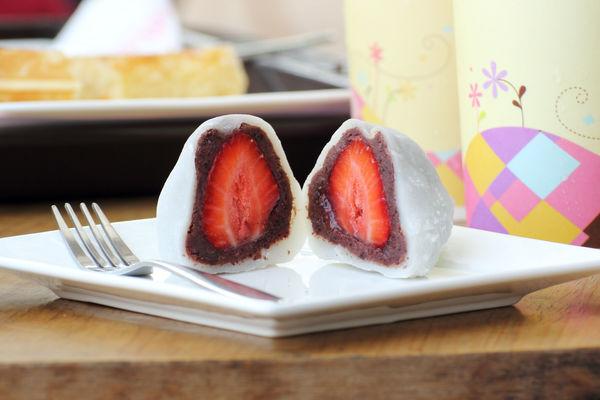 Japanese Dessert Recipe: Strawberry Rice Cake (Ichigo Daifuku)