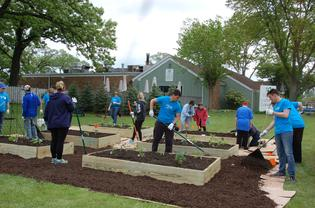 Subaru Volunteers putting the finishing touches to the Garden.