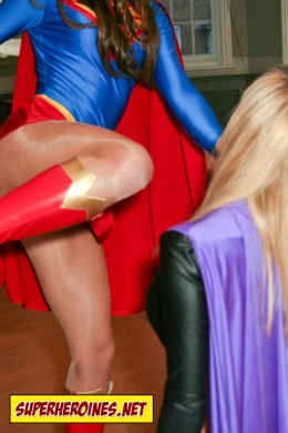 Supergirl knees the super villainess in the face