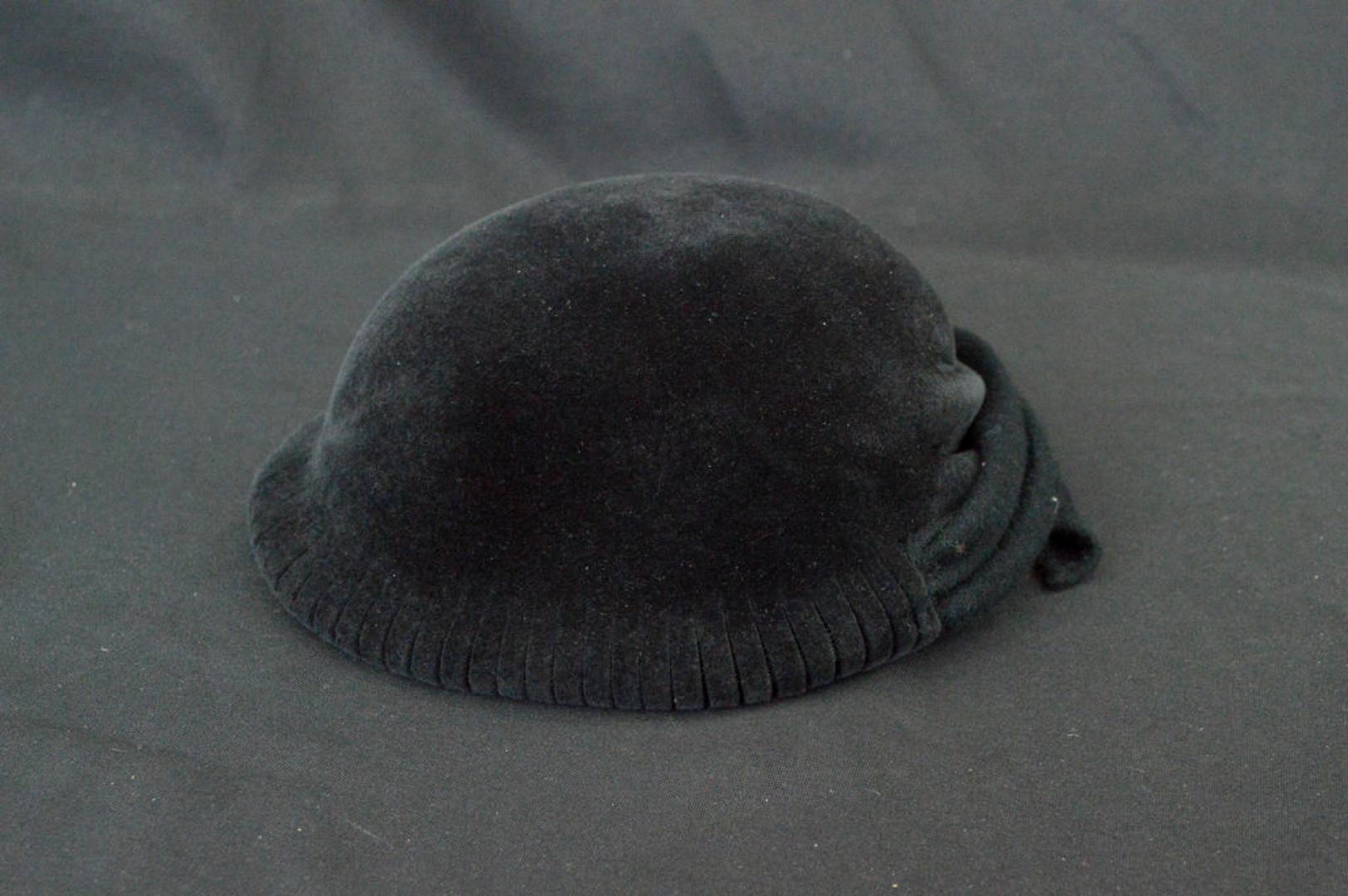 d5b3f74af29f5 Vintage Women s Giorgio Armani Black Hat CA 267 à vendre sur Swappy