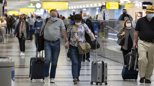 Pilots warn vaccine mandate could cause holiday travel chaos