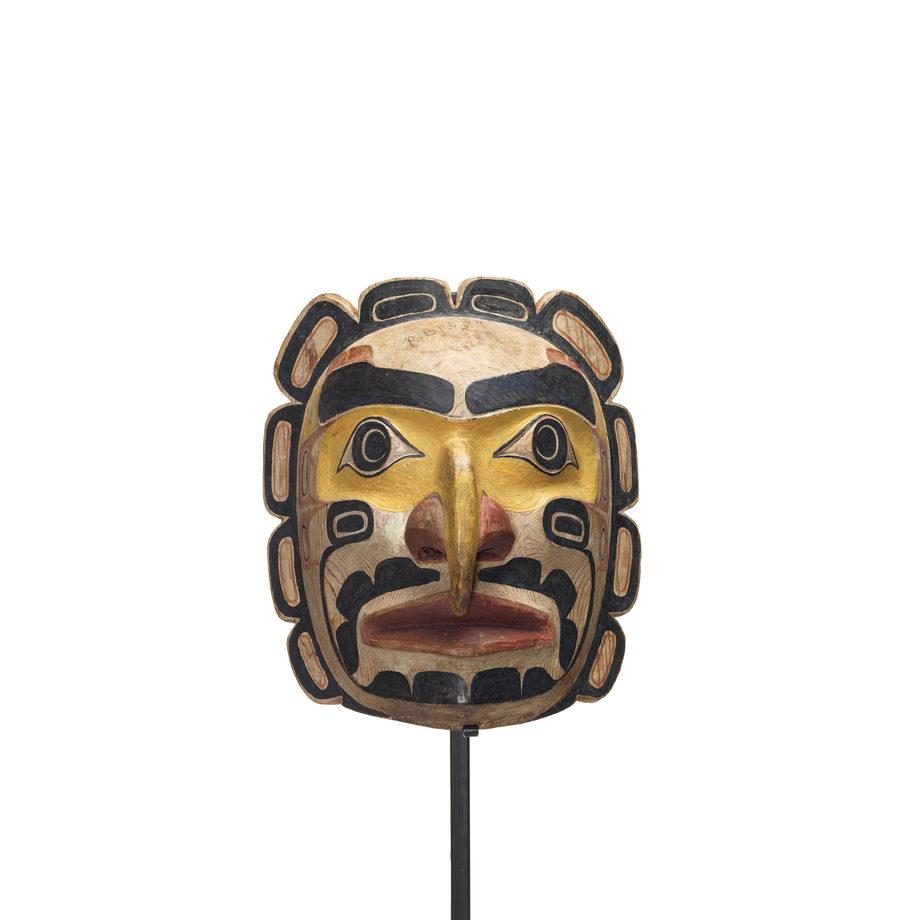 Un Tłisalagamł, masque de soleil ceint de 10 festons sculptés, orbites jaune clair, nez et lèvres rouges.