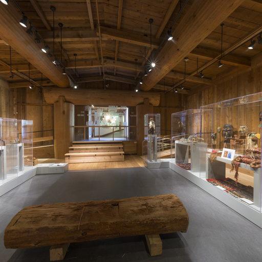 Image montrant le milieu de la galerie du potlatch et le mur d'entrée.