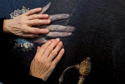 """متحف إسباني يعطي فاقدي البصر إمكانية """"رؤية"""" الفن من خلال اللمس"""