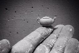 جون الميدا يصنع أواني فخارية صغيرة جدا يدويا