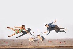 مصور فوتوغرافي يعرض أصدقائه في صور وهم يتعثرون ويتعلقون في الهواء