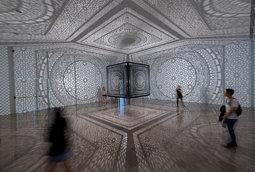 """منحوتة الفنانة أنيلا قيوم آغا بعنوان """"تقاطعات"""" في متحف رايس"""
