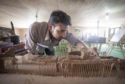 فنانون سوريون يعيدون إحياء كنوز سوريا الضائعة من مواد متواجدة في المخيم