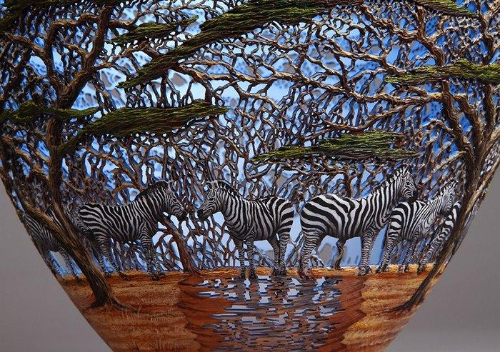 فنان من مدينة كينيا يقوم بنحت منحتوتات فنية مذهلة على الخشب