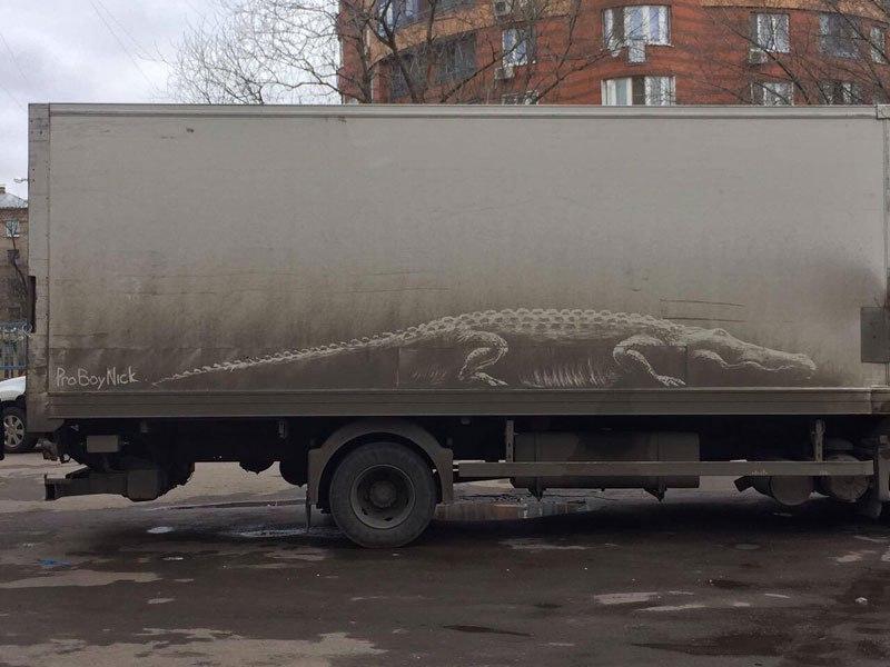 فنان يحول السيارات المتسخة الى لوحات فنية
