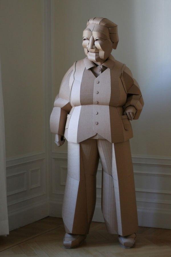 أحد الفنانين قام بصنع تماثيل من الكرتون لُأناس كبار بالسن بأحجامهم الحقيقية