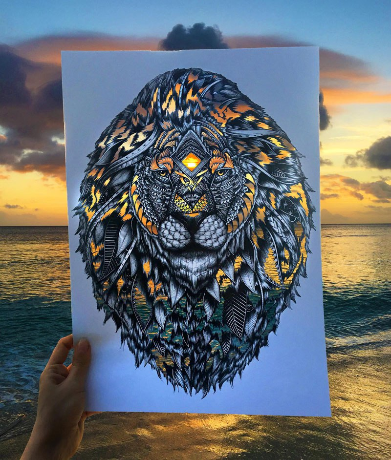 أحد الفنانين يصنع أشكال حيوانات من قصاصات ورقية مستوحيًا بذلك ألوان الطبيعة