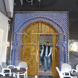 تصميم وتركيب غلاف بلمسة مغربية عريقة على باب زجاجي لمقهى