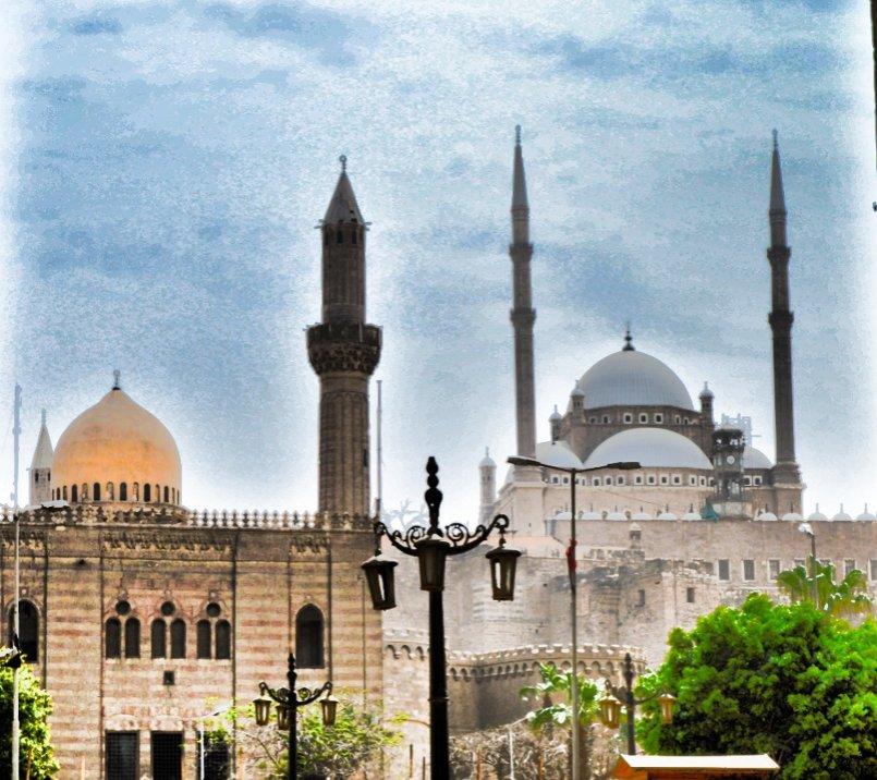 من بين مسجدسين السلطان حسن والمسجد الرافاعي