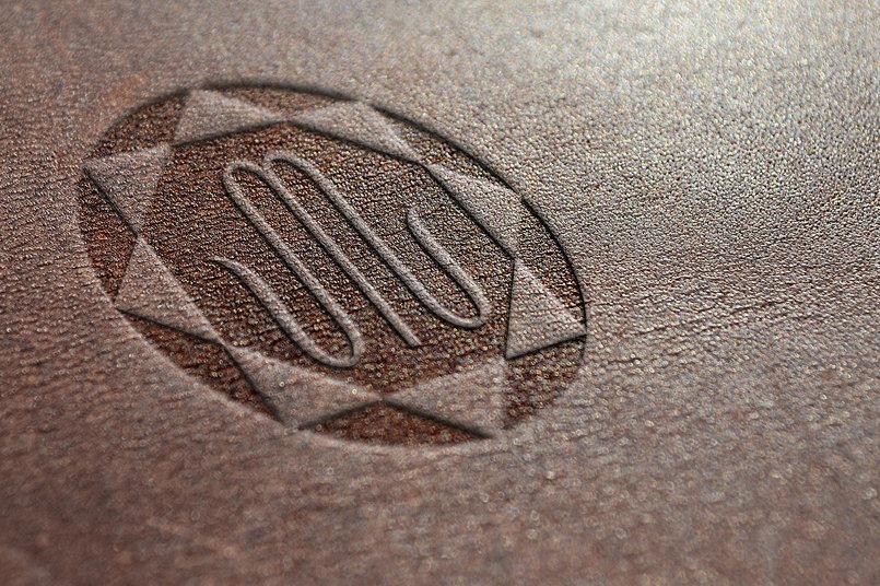 تصميم تصوري للشعار مجسم على قطعة جلد