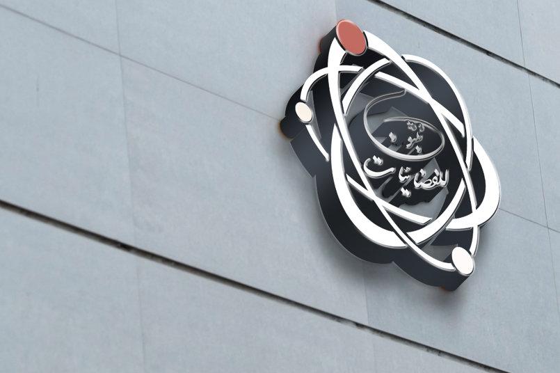 تصميم تصوري للشعار هو مجسم على إحدى جدران المبنى الخارجي لشركة