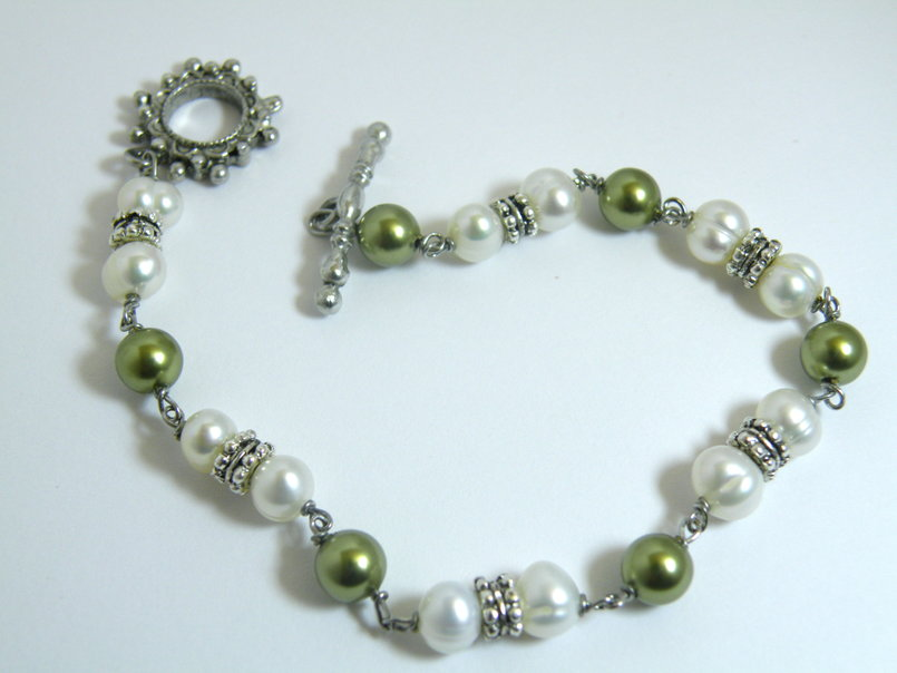 Green Swarovski pearls and freshwater pearls bracelet