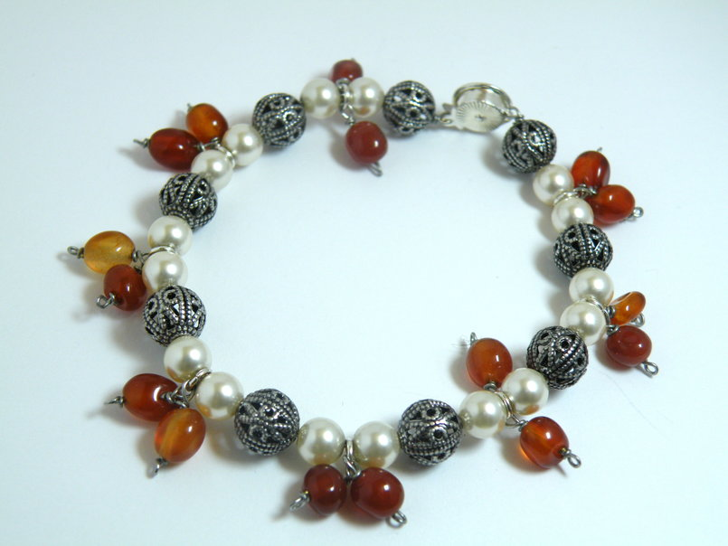 Cream Swarovski pearls and carnelian bracelet