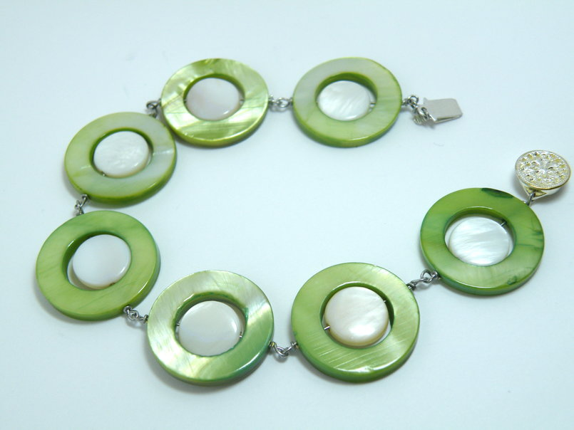 Green and white mother of pearl bracelet