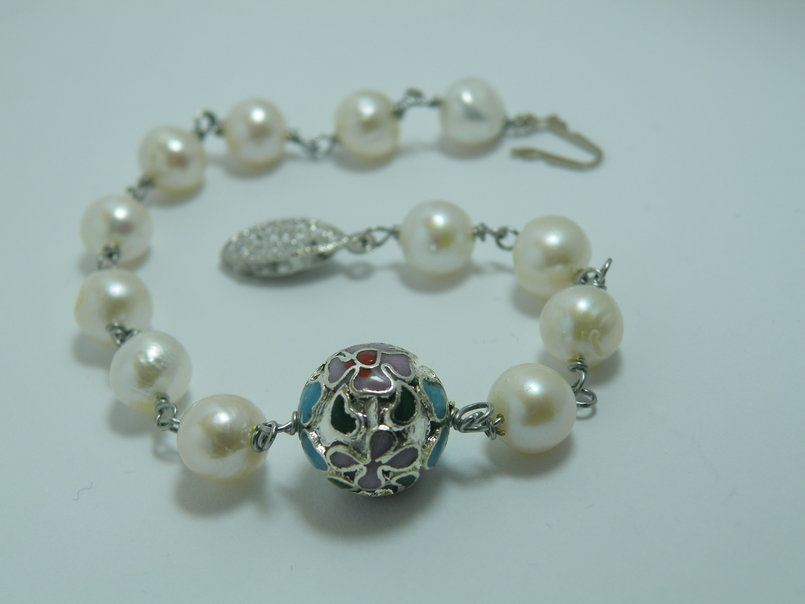 Freshwater pearls and round Cloisonné bracelet
